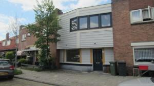 Het gebouwtje van de woningbouwvereniging, waar de kar van mijn vader stond vastgebonden, is nog niet veel veranderd.