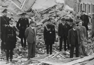 Mussert en oorlogsburgemeester Plekker pinken een propagandatraantje weg in de van Zeggelenstraat in april 1943.